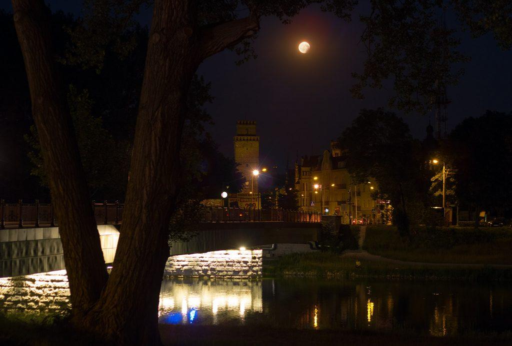 Częściowe zaćmienie Księżyca nad Nysa