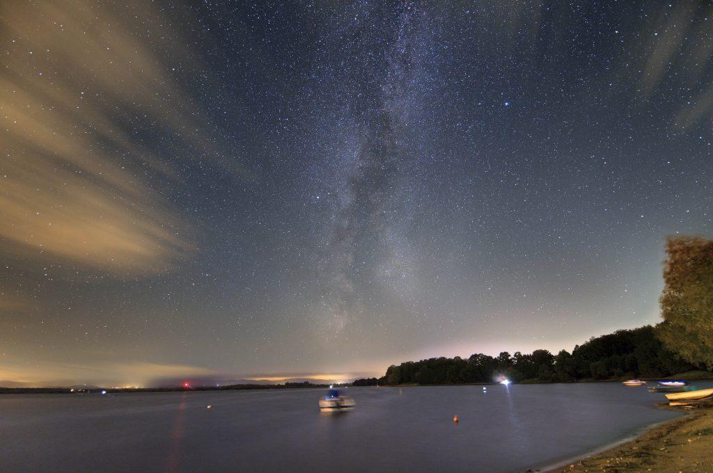 Perseid wraz z drogą Mleczną nad jeziorem Nyskim