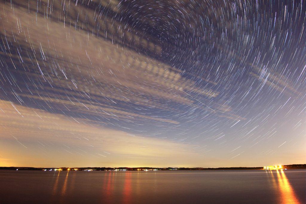 Ruch gwiazd w trakcie astrofotografii Perseidów
