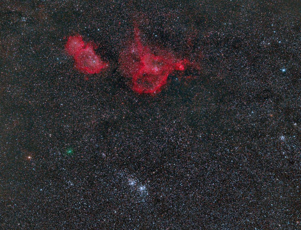 Kometa C/2017 T2 (PANSTARRS) w pobliżu mgławic Serce i Dusza oraz Podwójnej gromady Perseusza czyli NGC 869 i NGC 884