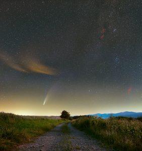 Kometa C/2020 F3 Neowise wraz z pobliskimi mgławicami