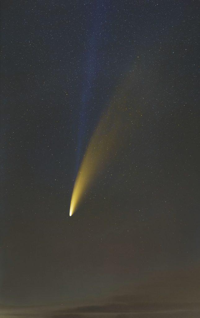 Kometa C/2020 F3 NEOWISE z warkoczem pyłowym i jonowym