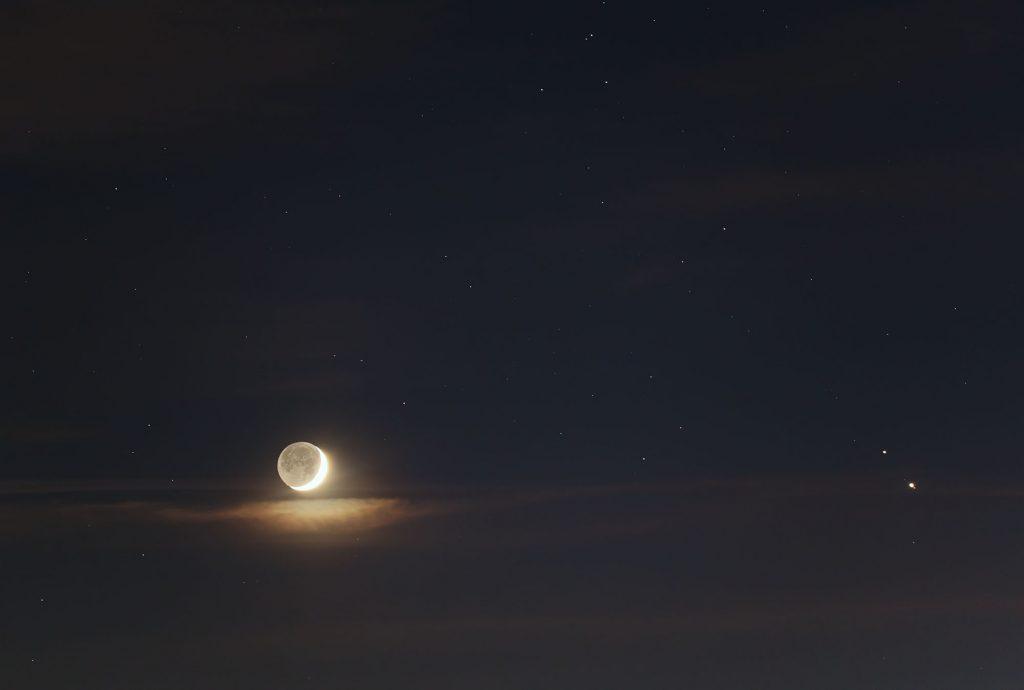 Gazowe olbrzymy Jowisz i Saturn w pobliżu Księżyca